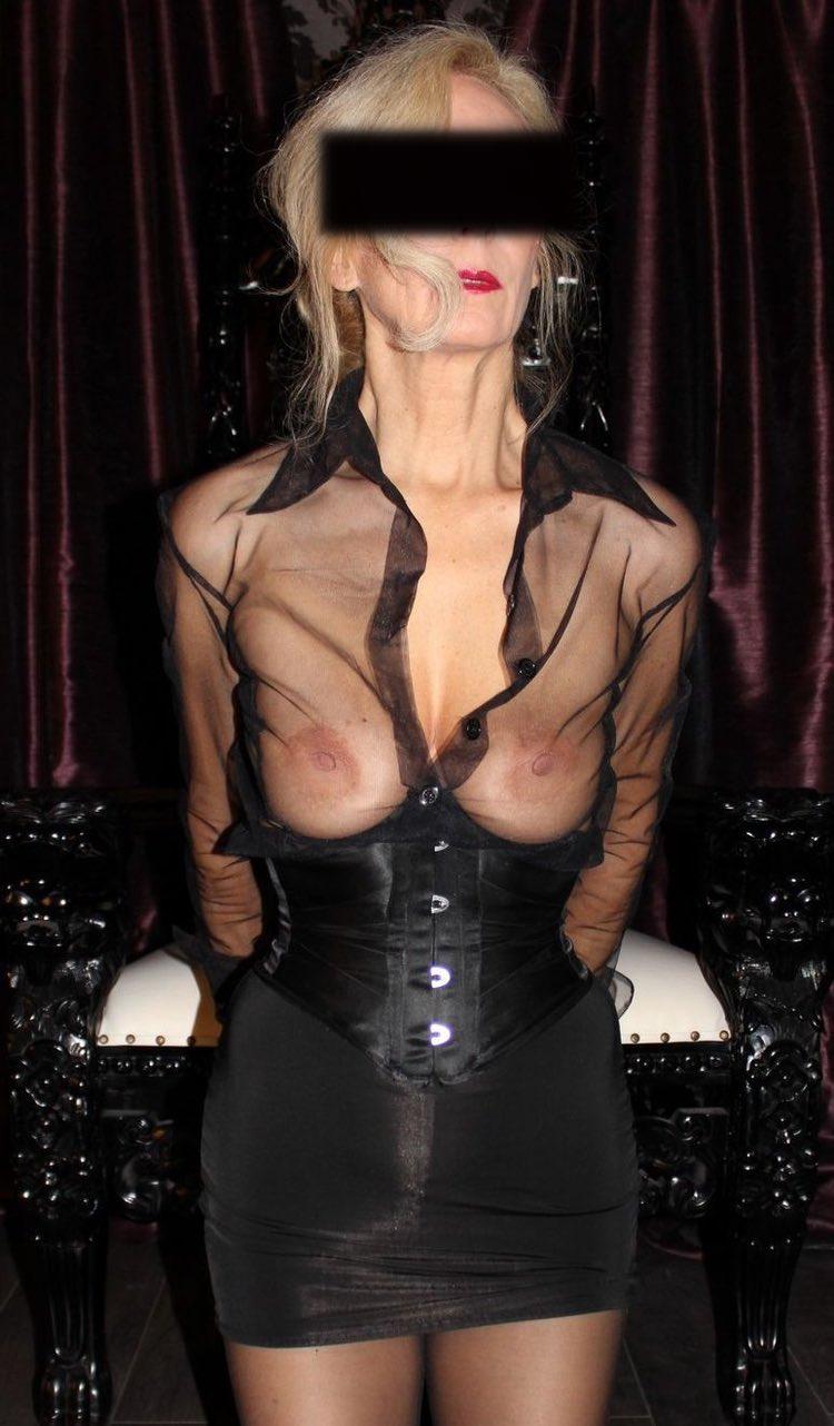 Belle cougar du club VIP