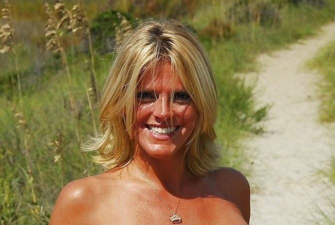 Belle femme mature de 40 ans nue dans la nature