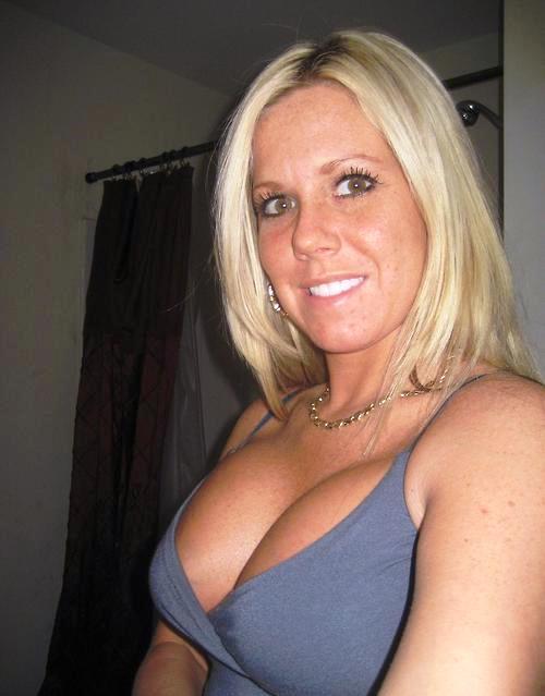 Belle cougar blonde et sexy sur le tchat